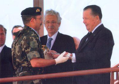 Don Carlos representa a S.M. El Rey Juan Carlos I de España en una entrega de diplomas militares en España
