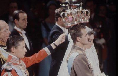 Don Carlos, entonces Duque de Noto, en las bodas de su primo el príncipe de Asturias, Don Juan Carlos, con la princesa Doña Sofía de Grecia, en la que ejerció como uno de los padrinos (1962). Sobre el uniforme de Maestrante de Sevilla luce la banda celeste de la Orden