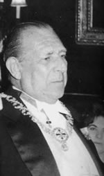 Don Juan de Borbón, Conde de Barcelona luciendo el collar de la Orden Constantiniana
